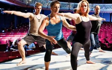 Kim Catrall in forma grazie al Fizzy Yoga